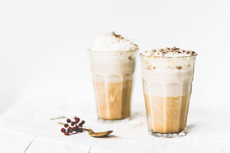 Pumpkin latte recept van Firma Schie. Pumpkin Latte vers recept die je thuis kan maken in de keuken. Niet te zoet zoals de star bucks variant. Deze kan je snel thuis maken en van genieten met twee personen. Het recept kan je vinden op Girls Who Drink!