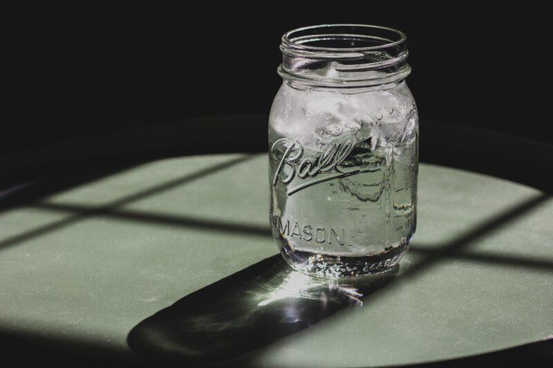 Hoeveel water per dag moeten wij drinken? Dat is een vraag die vaak terug komt bij mensen. En het zelfs zo dat er geen echte conclusie is voor deze vraag. Wij onderzochten het!