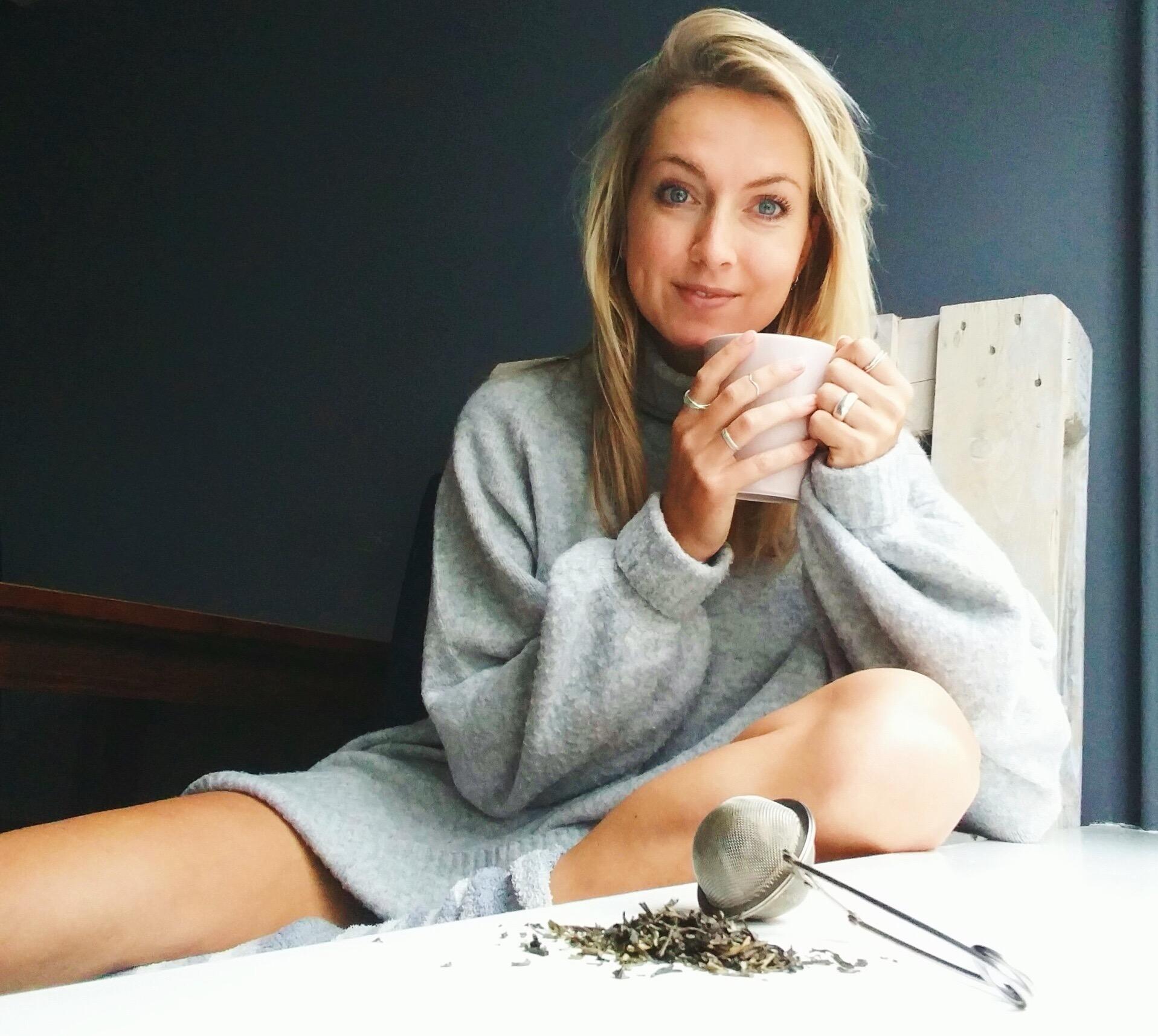 Meet Claartje Schröder. Blogt over voornamelijk gezond eten op Foodness.nl en lanceert binnenkort haar te leuke eigen theemerk Teamwork tea.Wat drinkt Claartje en hoe staat dit in connectie met haar succes?