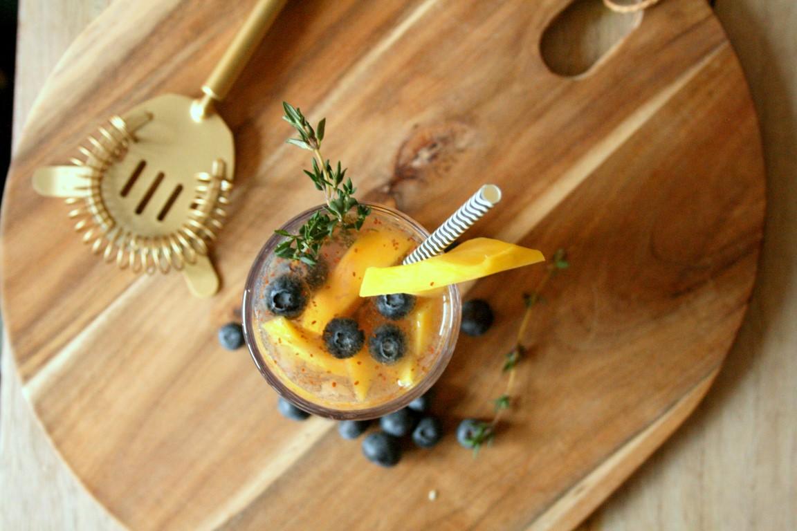 Blueberry Mango Mocktail. Mocktails zijn cocktails zonder alcohol. Die kun je in principe dus de hele dag door drinken. Ideaal voor degene die alcohol even willen laten staan of voor zwangere vrouwen die wel graag mee willen proosten. Speciaal voor jullie heb ik je Blueberry Mango Mocktail voor jullie gemakt en getest!