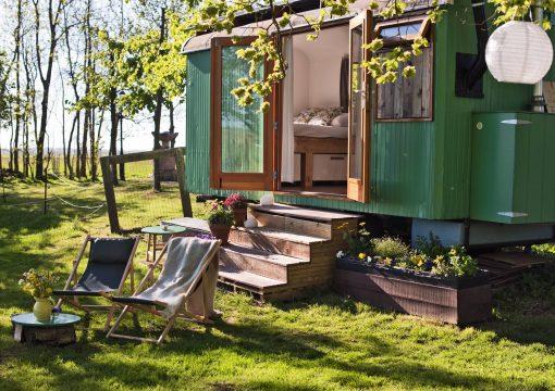 B&B Nederland, Weekendje weg Nederland, Slapen in de natuur, Airbnb Nederland. Bijzondere bed en breakfast in Nederland. Girls er is zoveel moois te zien ons eigen kikkerlandje waar je helemaal tot rust kan komen. Daarom willen wij je voorzien met de vijf leukste mooiste B&B's in Nederland. Deze moet je echt even op je travel bucketlist zetten.