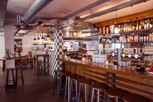 Op de hoek van de Eerste van der Helststraat in de Pijp is het altijd druk. In dit borrelrestaurant komen Amsterdammers samen om met een drankje in de hand van het leven te genieten, of om verdomd goed te eten. De gerechten dit restaurant overstegen alle verwachtingen. Ik presenteer: restaurant Venster 33. Dineren Amsterdam, restaurants Amsterdam, de pijp Amsterdam, restaurants de pijp, borrelen in de pijp, uiteten in de pijp, gezellig dineren, borrelrestaurant, fine dining, gezellig uiteten