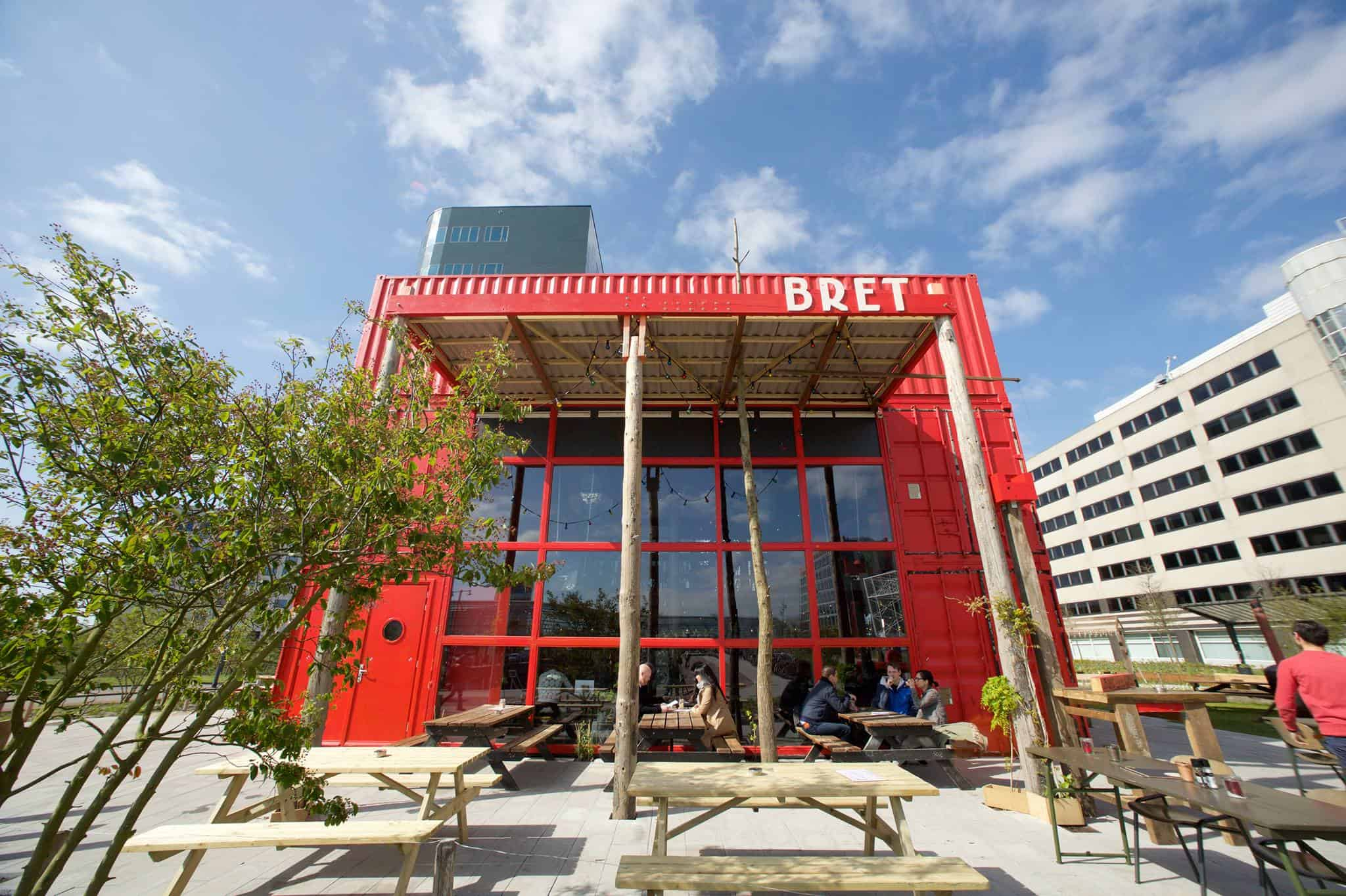 Dineren op het terras, waar kan dat? De zon schijnt weer volop! Waar in Amsterdam West moet je zijn voor een heerlijk diner op het terras? Dit zijn de leukste terrassen van Amsterdam, waar je buiten kunt eten! Terrassen Amsterdam