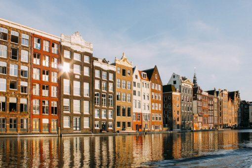 De lente is ein-de-lijk begonnen en het ziet ernaar uit dat zelfs de temperaturen zich dit weekend aanpassen op deze seizoensswitch! Met een vooruitzicht van 20 graden op zaterdag moeten we dit natuurlijk goed vieren. Daarom hebben we de meest uiteenlopende lentetips op een rijtje gezet, waar we zowel de binnenblijvers als buitenbeestjes plezier mee doen. Dit zijn de Weekend Tips Amsterdam van 6, 7 en 8 april!