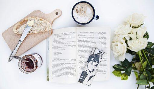 """Girlboss boektips! reading. Good books. Booktips. Van verhalen voor het slapen gaan, tot luchtig leesvoer tijdens tripjes tot serieus """"food for the brain"""". Waar we twee weken geleden de beste #girlboss podcasts bespraken, hebben we deze week weer een fijne lijst voor jullie klaarstaan. Voor de ladies van de oude stempel: dit zijn onze boektips voor echte girlbosses!"""