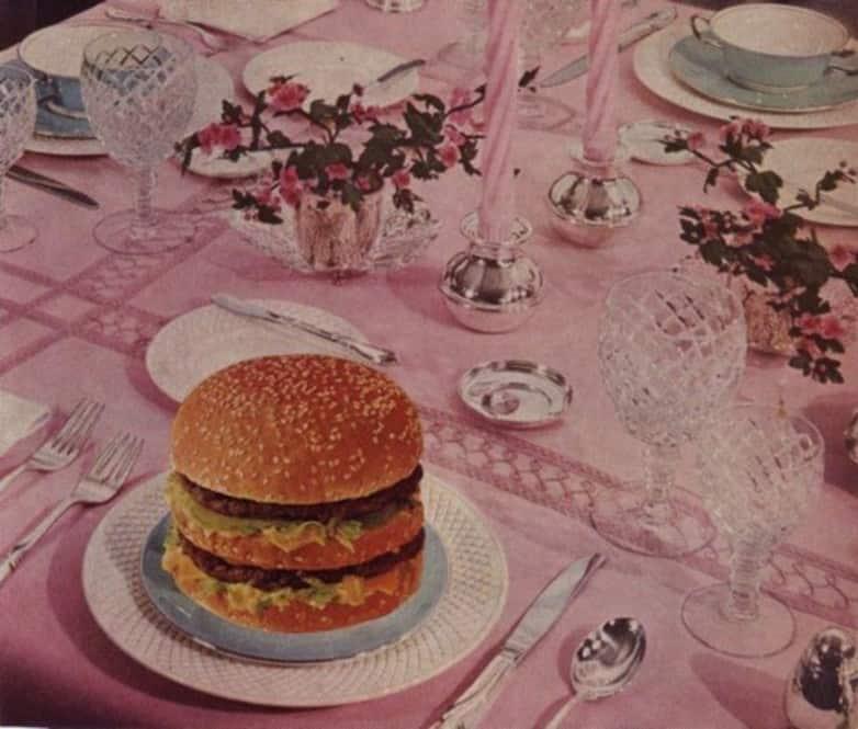 Tja.. voor sommige gelegenheden is het fijn om kennis over tafel-etiquette te hebben. We weten hoe we ons eten naar binnen moeten krijgen en dat we niet met volle mond moeten praten, maar vaak houdt het hier een beetje op. Dus, hierbij 10 algemene 'beleefdheidsregels' die voorkomen dat jij voor paal staat tijdens een belangrijk diner. Zakelijke bespreking in een fancy restaurant? Met je welgemanierde schoonouders uiteten bij een culinair pareltje of de Koningin ontvangen (zeer onwaarschijnlijk denk ik)? Diner etiquette. Rules dinner. chic diner. Chique restaurant. Belangrijke diner etiquette