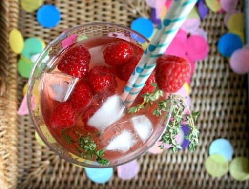 We kennen het voornamelijk als citroenlikeur, maar deze ijskoude zoete digestief is ook hét ingrediënt voor een zomerse cocktail (zon, kom je?). Geschikt 'drankgezelschap' voor een girly borrelop het (dak)terras, een romantische picknick in het park of een buurtbarbeque. Eigenlijk is Limoncello altijd en overal lekker! Dat vindt onze cocktail-editor Kylie ook, en daarom maakte ze voor een 4 cocktails met Limoncello. Vind hier de recepten!. 4 x cocktails met limoncello