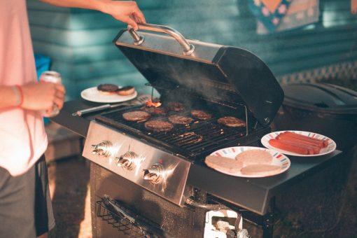 Lekker hoor, 26 graden. We kunnen de terrassen aanvallen, het balkon weer schoonvegen, met een picknickmand het park induiken en de waterkant onveilig maken. Een andere heerlijke optie voor deze warme zomeravond is de barbecue aansteken. Daarbij kan veel meer misgaan dan bij die andere buitenactiviteiten, dus wij helpen je even op weg met 10 goede barbecue tips, om verbrande vingers te voorkomen!