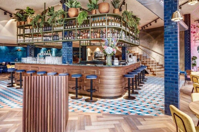 Restaurant MEDDENS: Met een oppervlakte van 400 meter gonst het in het voormalig monumentaal warenhuis van de ontmoetingen en verhalen. Het fotogenieke interieur, het supervriendelijke en professionele personeel, de open keuken en de uitgebreide kaart met vis in de hoofdrol. Wij zijn groot fan!