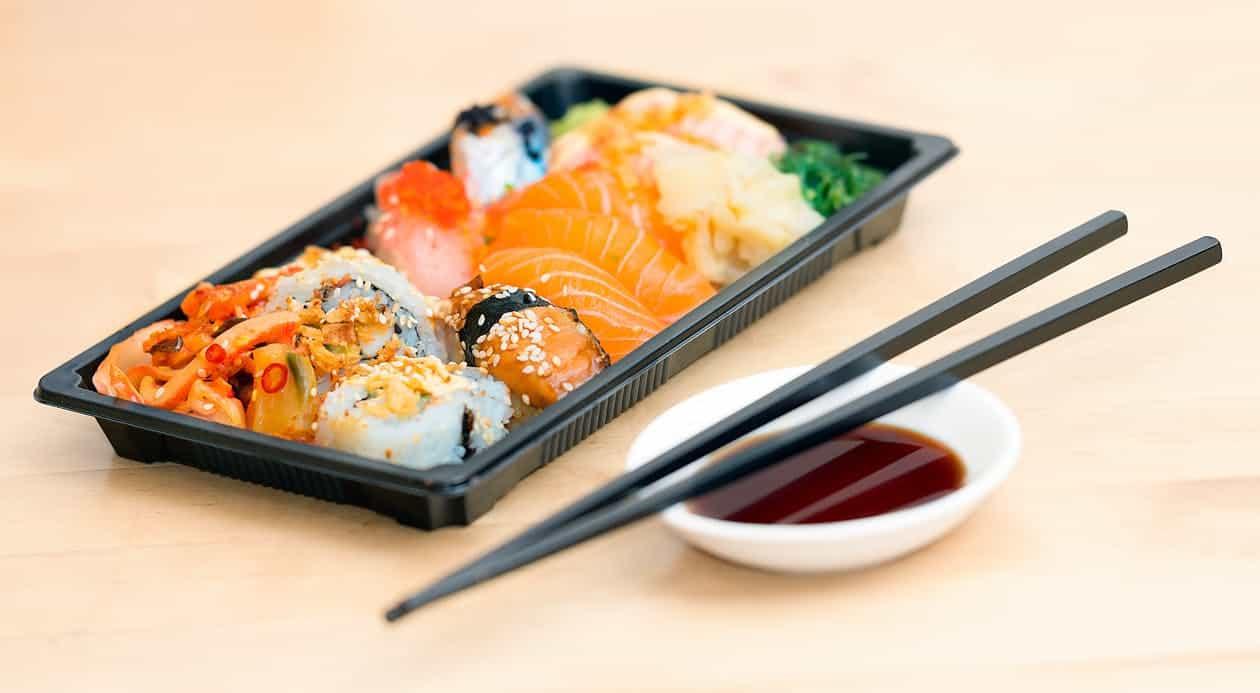 hoeveel sushi rijst per persoon? In de afgelopen jaren heeft sushi vele harten veroverd en nóg meer magen gevuld. Het is vandaag Internationale sushi dag en dat bracht ons op het idee jullie kennis over dit hapje rauwe vis eens flink bij te spijkeren. Hierbij 13 weetjes over sushi feitjes!