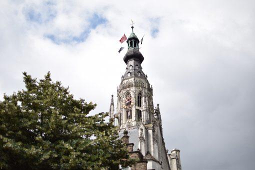 Eventjes hélemaal klaar met rolkoffertourisme in Amsterdam, dronken studenten in Groningen of juist de stilte in Zeeland? In dat geval hoef je geen vliegtickets te boeken, maar stap je gewoon in de trein naar een andere stad. Je bespaart én geld, én ontdekt meer van wat Nederland te bieden heeft. Girls Who Magazine ging op stap in Bourgondisch Breda en zijn weer een beetje meer verliefd geworden. We vertellen door middel van deze City guide waarom. City tour Breda. Hip Ambacht Breda.