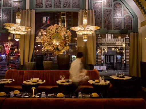 Iedere Amsterdammer, maar ook Nederlandse dagjesmensen zullen het prachtige landmark-gebouw naast de Stadsschouwburg kennen. En bewonderd hebben, want op het platgelopen plein met gigantische fontein staat een gebouw met een rijke historie. Hotel American is gebaseerd op de bloeitijd in de jaren 50 & 60 van de vorige eeuw en wat van velen van ons waarschijnlijk niet weten, is dat je in het restaurant net zo prestigieus kunt dineren.