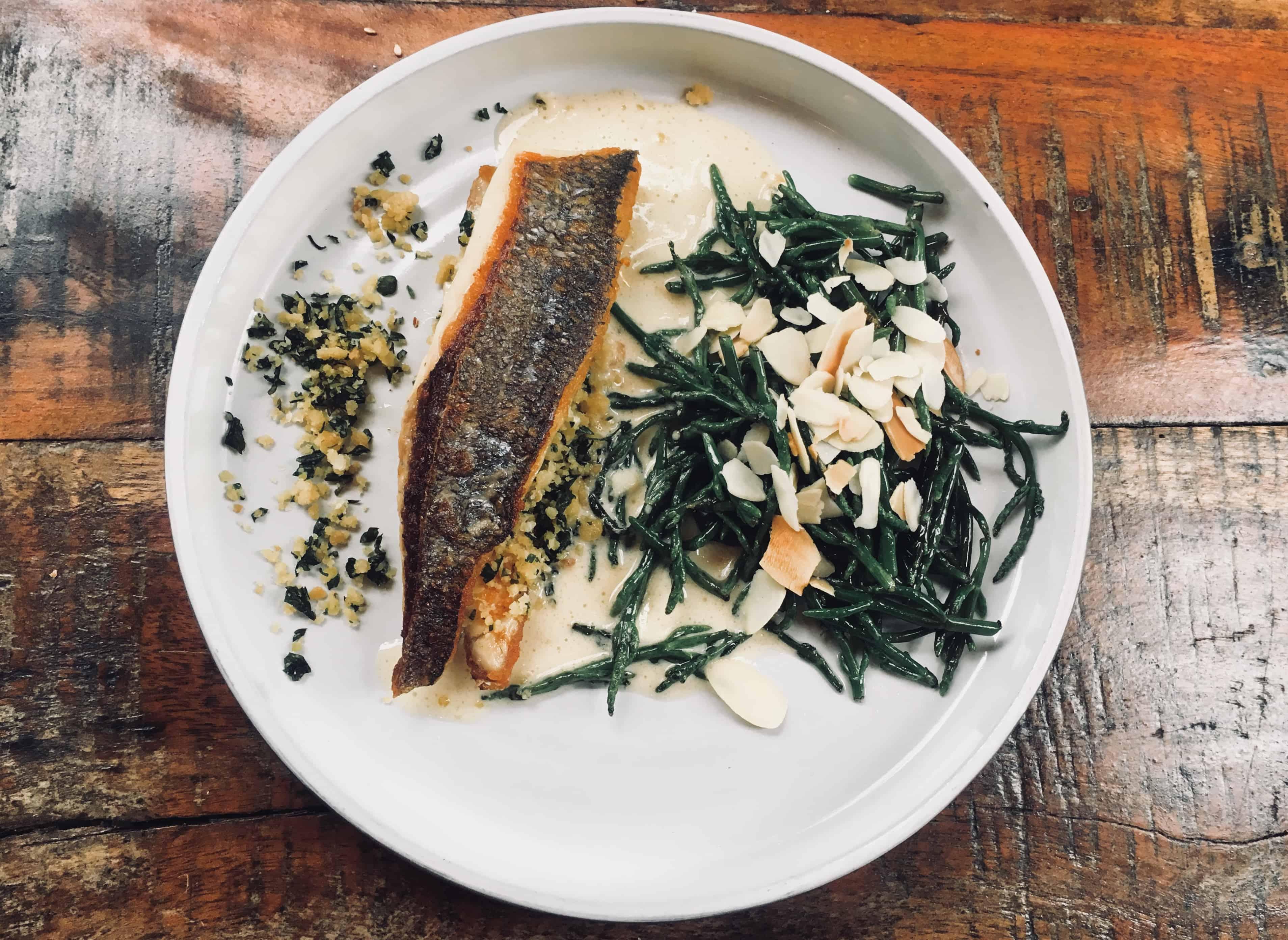 De met vissenschubben gedecoreerde, grijsblauwe bar met verlenging naar de keuken staat centraal in Bar Fisk. Dit omdat de zaak geïnspireerd is op de dining stijl in Tel Aviv, waar men vaak aan een bar zit, om te praten met de kok en in de keuken te kijken. Eigenaar Irit Lior en chef-kok Oren Aharon brengen met Bar Fisk de Israëlische gezelligheid en bijzondere smaken naar Amsterdam. Bar Fisk Amsterdam.