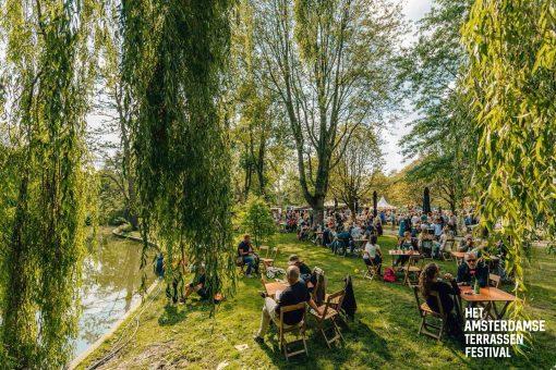 Uitgebreid brunchen, dansen op 400 optredens, proosten op het grootste terras van Nederland of genieten van Latin food & vibes. Dit, en nog veel meer kan allemaal aankomend weekend in Amsterdam. Wees er vroeg bij en maak je weekendplanning compleet met onze tips.Wij hebben alle (culinaire) festiviteiten alvast voor je op een rij gezet. Dit zijn de Weekend Tips van 24, 25 en 26 augustus! Culinaire Weekend Tips. Weekend Tips Amsterdam. Uitmarkt. Amsterdamse Terrassen Festival. Latin Food Festival. Brooks Brunch. Things to do Amsterdam. Girls Who Weekend Tips. Tips van 24, 25 en 25 augustus. Amsterdam activiteiten 24 augustus. Weekend activiteiten Amsterdam. Monkey Schouder. Pita party. Girls Who Magazine.