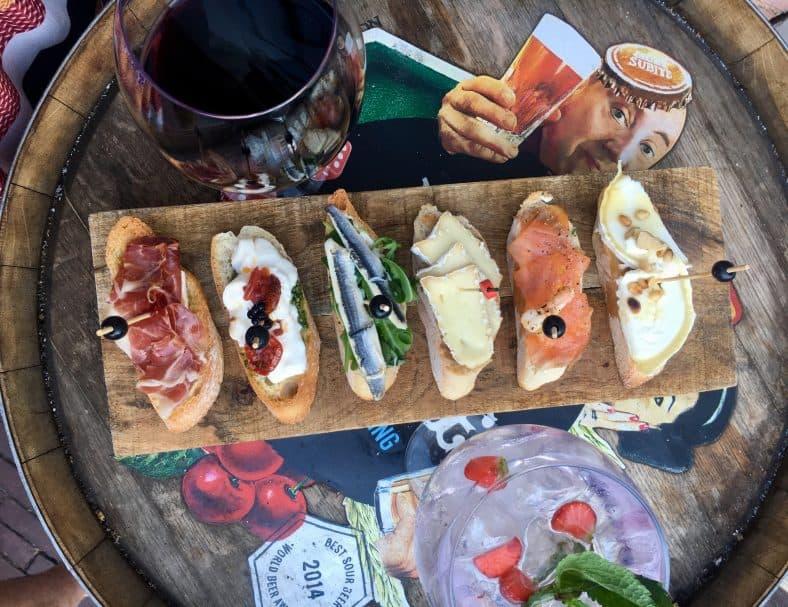 In 2014 opende de Foodhallen in De Hallen Amsterdam de eerste 'indoor food market' van Nederland. Sindsdien vult de gerenoveerde tramremise zich elke dag met het rumoer van hongerige en dorstige foodies. De Foodhallen was, is en blijft de constante innovator. Oprichters Chong Chu, Tsibo Lin, Zing-Kyn Cheung en Rakish Gangapersad brachten in oktober 2014 een nieuw fenomeen naar Amsterdam West. De jonge ondernemers lieten zich inspireren door Borough Market in Londen, Mercado de San Miguel in Madrid, en Chelsea Market in New York. Ze openden in de Hallen Amsterdam de eerste indoor food market van Nederland. Onder het dak van de gerenoveerde tramremise werd de Foodhallen een voorloper in de opkomst van een nationale trend, de trend van de overdekte food markets.