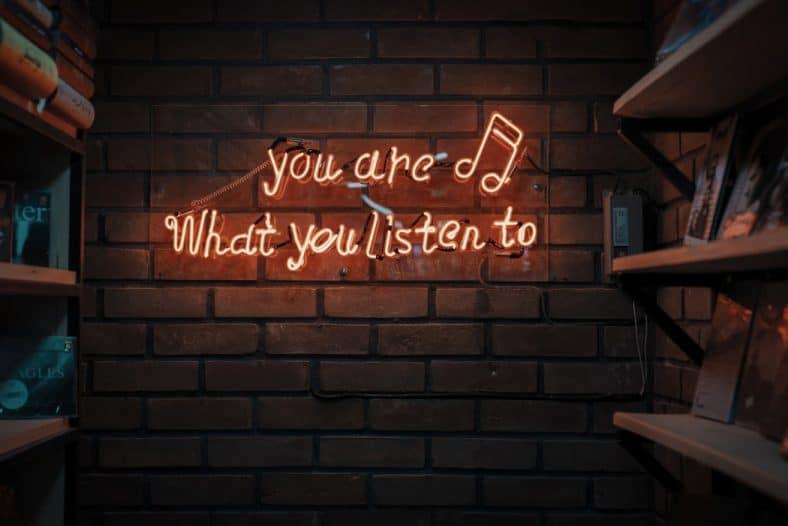 Girlboss nummers. girlboss songs. Muziek is een van de meest populaire uitlaatkleppen voor het aansnijden van revolutionaire thema's als women empowerment. Muziek verbindt, vermaakt en is toegankelijk voor iedereen. Anno 2018 zijn er dan ook heel wat inspirerende liedjes te beluisteren die dit thema aansnijden. De volgende 5 nummers zijn perfect om toe te voegen aan je Spotify Summer playlist!