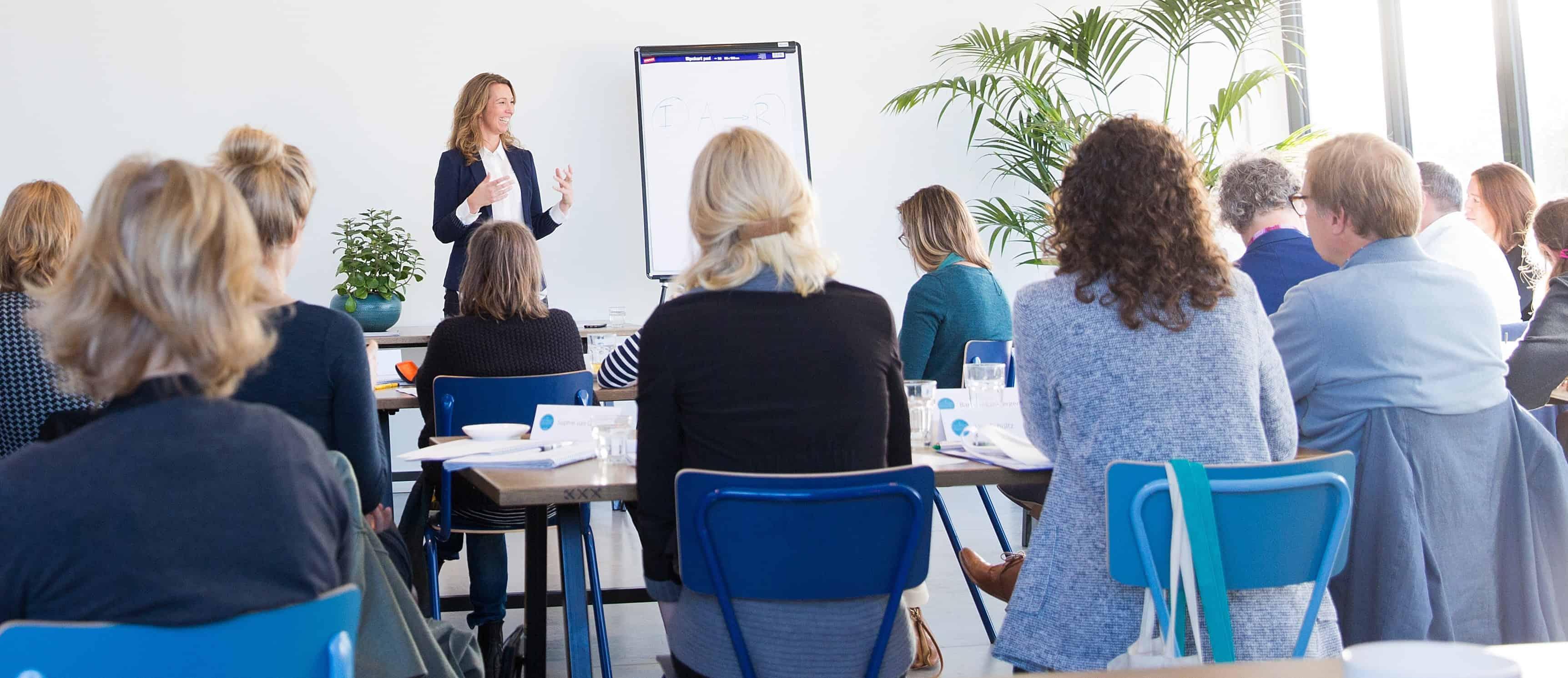"""""""Do less with more focus"""". Als business coach is dat het motto dat Lisette Tol verkondigd naar haar (toekomstige) klanten. Girlboss Lisette helpt ambitieuze entrepreneurs om hun al goedlopende bedrijf nét naar het next level te tillen. In het Business Coach Traject dat ze aanbiedt, maakt ze samen met een ondernemers een op maat gemaakte business strategie. Benieuwd naar meer over deze inspirerende business coach? Stay tuned."""