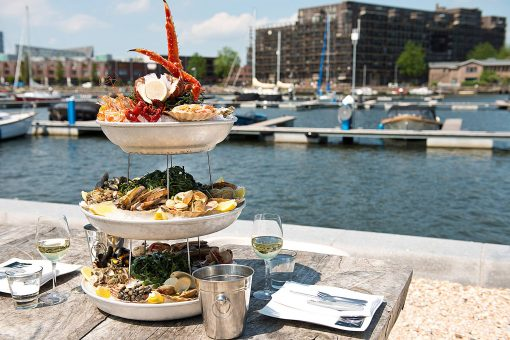 The Harbour Club. Internationale Allure. Internationaal dineren in Amsterdam. The Harbour Club Amsterdam. Sushi & sashimi. The Harbour Club Amsterdam Oost. Terras aan het water. Bijzonder dineren in Amsterdam. Fruit de Mere The Harbour Club
