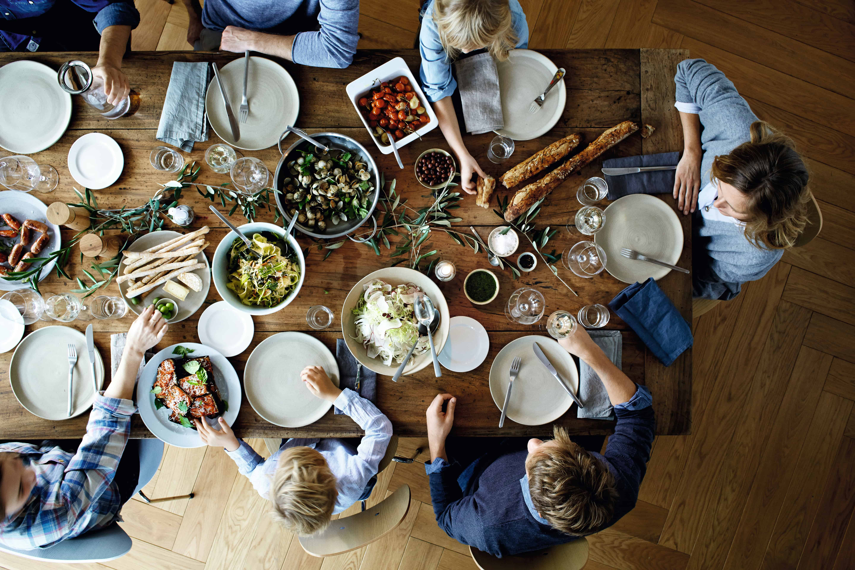 Als het aankomt op het geven van dinner komen er behoorlijk wat aspecten om de hoek kijken. Met goed keukengerei creëer je heel simpel een onvergetelijke, culinaire ervaring voor jouw gasten – en met de tools van WMF krijg je nóg meer plezier in het voorbereiden, koken, dineren en drinken