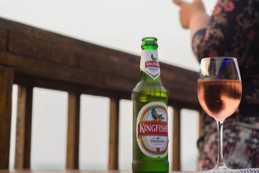 Net een glas wijn in de mik, en ineens enorm trek in een dorstlessend biertje. Voordat je de kans krijgt de barman aan te spreken, is er altijd wel iemand in het gezelschap die je waarschuwt. ''Pas op hé, bier na wijn geeft venijn!''. Andersom is geen probleem. Wijn na bier geeft plezier. Nou, niet dus. De waarheid is dat het niet uitmaakt of je eerst wijn en dan bier drinkt, of andersom. Drink lekker door elkaar, want deze uitspraak heeft een héle andere betekenis.