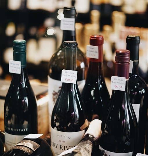 Wijn(bar)liefhebber? Dan ben je vast nieuwsgierig naar de finalisten van een van de leukste verkiezing van het jaar. 'Wine bar of the Year 2018'. Met 150 deelnemende wijnbars en meer dan 12.000 stemmen is deze editie een populaire. De tien wijnbars met de meeste stemmen zijn samen met de vijf wijnbars die de jury heeft aangedragen door naar de volgende ronde. Dit zijn ze!