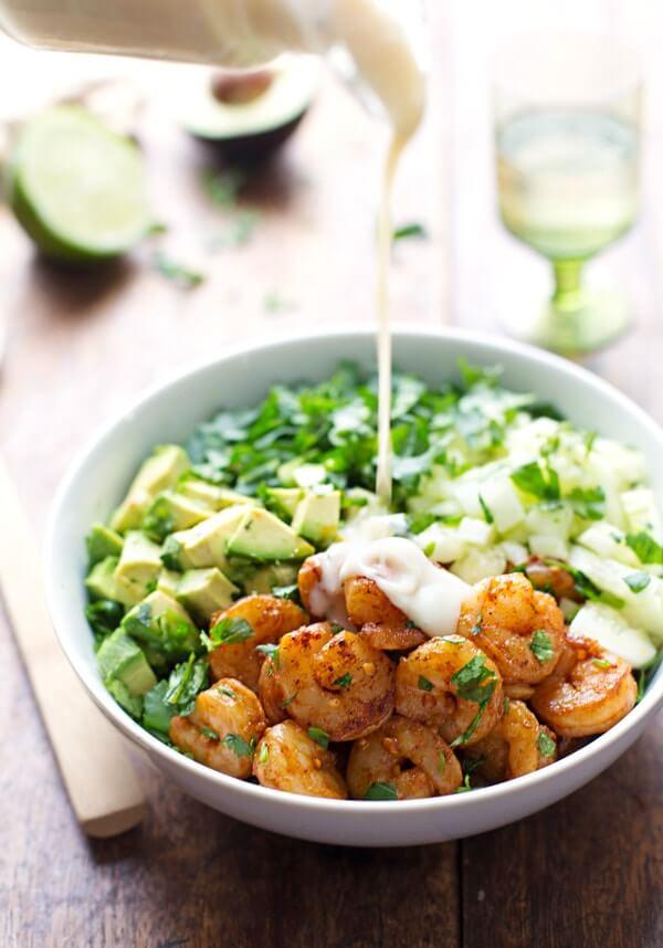 gezonde maaltijdsalade met avocado en garnaal