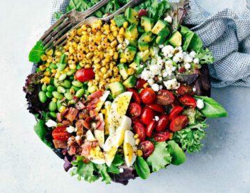 cobb salade recept - salade recepten - salade recept - gezonde recepten - maaltijdsalades - gezonde salade - zelf salade maken - salade recepten - lekkere maaltijdsalades - grote salades - salade recept met kip - salade recept met avocado - sla - maaltijdsla - makkelijke maaltijdsalade - maaltijdsalade kikkererwten