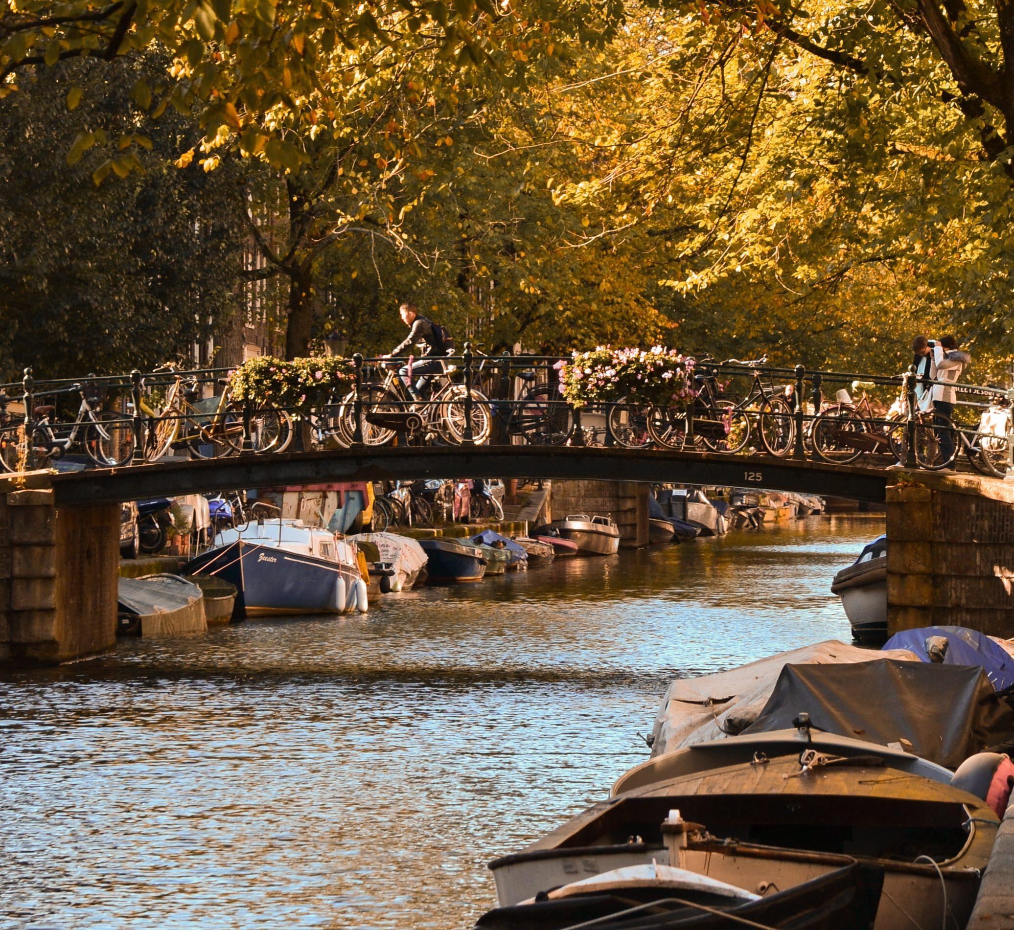 varen door amsterdam - boot huren in amsterdam - sloep huren in amsterdam - leuke bootuitjes - varen door de grachten - cocktailworkshop op het water - borrelboot huren - bootuitjes