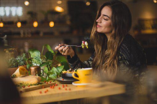 solo uit eten - alleen eten - alleen uit eten - tips alleen uit eten - hoe ga je alleen uit eten - dinner for one - dingen alleen doen - uit eten met jezelf