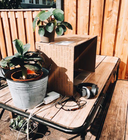 outside office - buiten werken in de zon - laptop werken in de zon - buitenkantoor - buiten werken met laptop