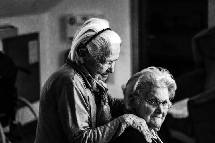 Eenzame ouderen helpen - eenzame ouderen activiteiten - eenzame ouderen corona - eenzame ouderen kerst
