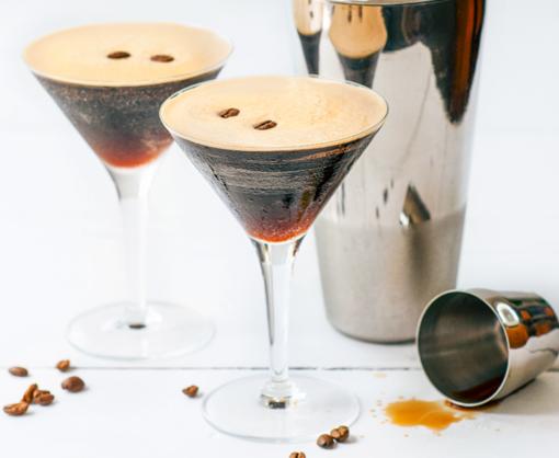 espresso martini recept - espresso martini cocktail - cocktail recept - cocktail recepten - martini cocktail - cocktail wodka - koffie cocktail - zelf cocktail maken - cocktails maken - cocktailvond - cocktail shaken - cocktail espresso - espresso martini
