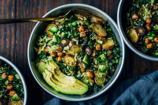 recept maaltijdsalade - recept salade - boerenkool recept - boerenkool gerecht - recept met pesto - recept met avocado