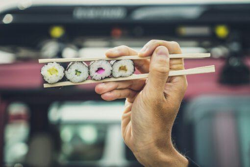 met stokjes eten - eetstokjes - hoe werken eetstokjes - sushi eten - hoe eet je met stokjes - sushi