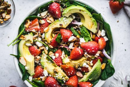 recept salade aardbei avocado spinazie - recept salade aardbei - recept salade spinazie - recept zomerse salade - vegetarische salades - vegetarische maaltijdsalades -